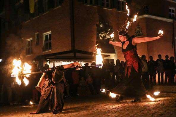 Am 10. und 11. Dezember ist die Hexe Furiana auf dem Weihnachtsmarkt und präsentiert ihre Seibenblasen- und Feuershow.